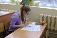 Над заданиями письменного тура Олимпиады размышляет один из самых титулованных участников – ученица СОШ № 7 г. Соликамска Анна Буткова