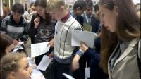 Студентки II курса Климова Анастасия и Любимова Юлия во время регистрации отвечают на вопросы участников олимпиады